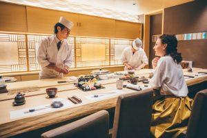 寿司たべる女性