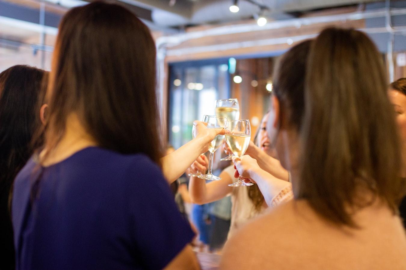 シャンパンを掲げる女性たち